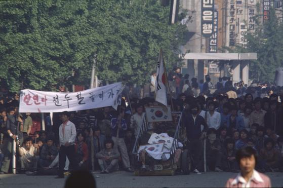 다큐멘터리 '김군'에 등장한 5.18 당시 기록 사진. 이창성 전 중앙일보 사진기자가 찍은 것으로, 그가 2008년 펴낸 사진집 『28년만의 약속』에도 실렸다. [사진 이창성]