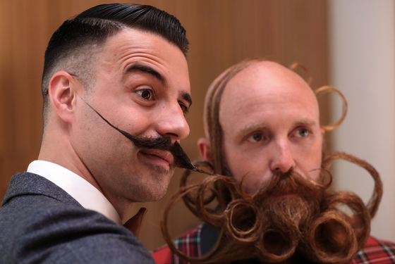 18일(현지시간) 벨기에 앤트워프에서 열린 2019 세계 수염·콧수염 선수권대회에서 참가자들이 멋지게 기른 수염을 뽐내고 있다. [로이터=연합뉴스]