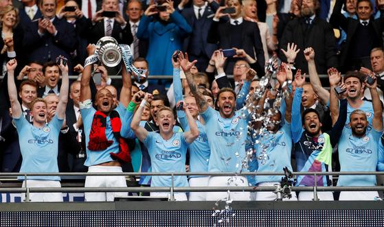 19일 열린 잉글랜드 FA컵 결승 직후 우승 트로피를 들어올리며 기뻐하는 맨시티 선수들. [로이터=연합뉴스]