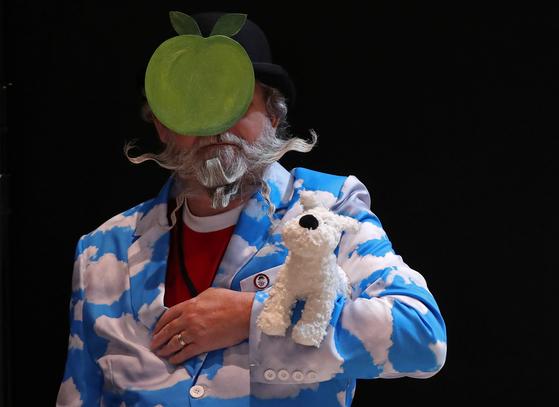 18일(현지시간) 벨기에 앤트워프에서 열린 2019 세계 수염·콧수염 선수권대회에서 한 참가자가 멋지게 기른 수염을 뽐내고 있다. [로이터=연합뉴스]