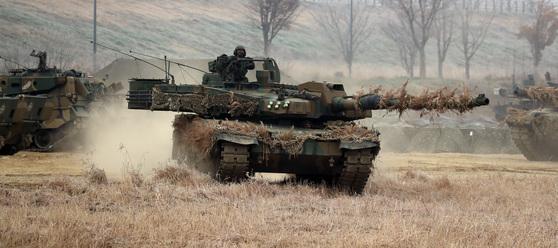 육군 제20기계화보병사단 K2 흑표전차가 기동훈련을 하고 있다. [중앙포토]