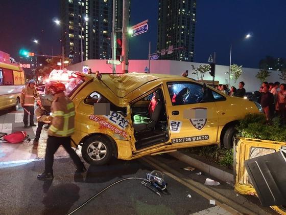 15일 오후 7시 58분쯤 인천 연수구 송도동 한 아파트 앞 사거리에서 스타렉스 차량과 카니발이 추돌한 후 보행자를 추돌한 사고가 발생해 2명이 사망하고 6명이 다쳤다. [사진 인천소방본부]