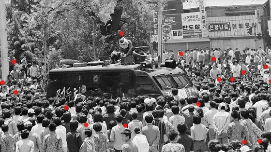 광주민주화운동 당시 사진. 다수의 빨간 점은 지만원이 북한군이라 지목한 인물들이다. [사진 영화사 풀]