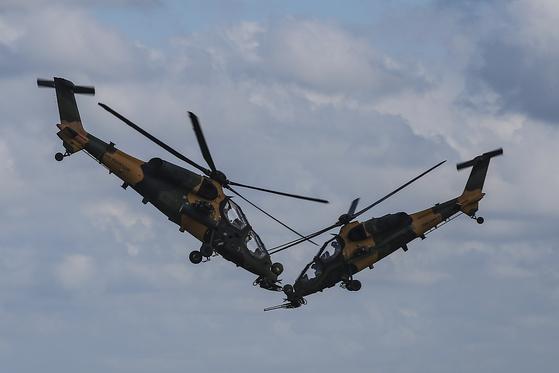 지난해 9월 터키의 항공우주 및 기술 축제인 테크노페스트에서 터키의 공격헬기 T-129 아탁(ATAK)이 시범비행을 선보이고 있다. [AP=연합]