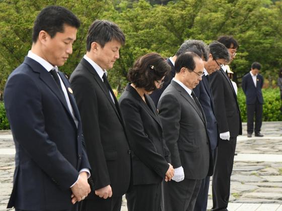 김해 봉하마을 노무현 전 대통령 묘역을 참배하는 오거돈 부산시장(왼쪽에서 네번째)과 부산시 간부들. [사진 부산시]