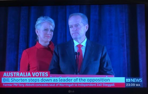 18일 치러진 호주 총선에서 노동당의 패배가 확정된 직후 TV로 중계된 회견에서 빌 쇼튼 노동당 대표가 사임 의사를 밝히고 있다. 멜버른(호주)=강혜란 기자