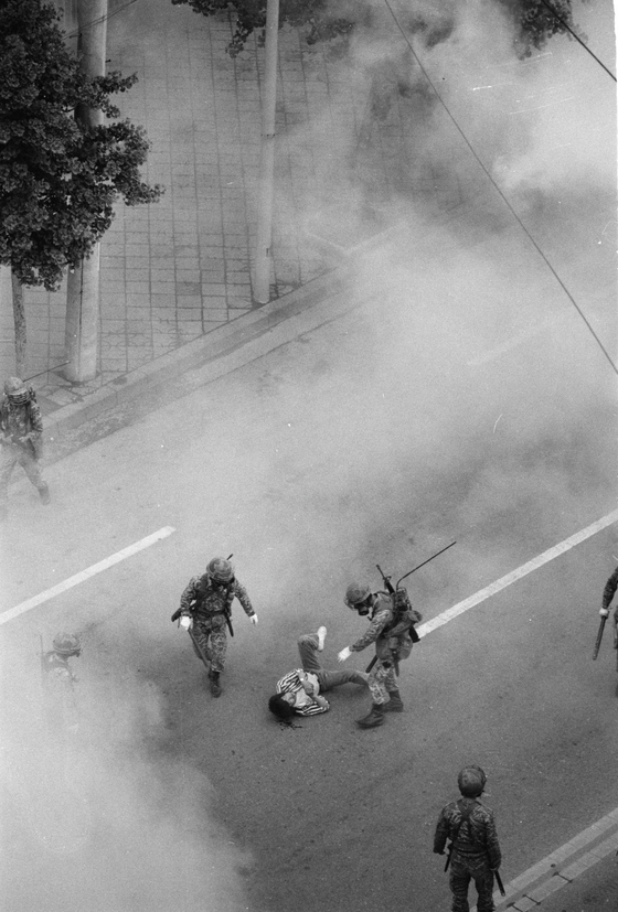 계엄군에 무력 진압당하며 쓰러진 광주 시민. 이창성 전 중앙일보 사진기자가 목격했다. [사진 이창성]