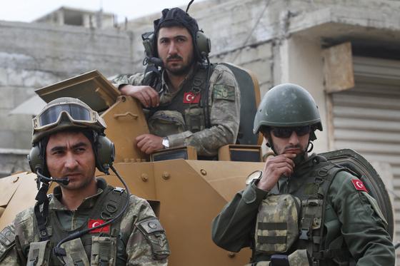 지난 3월 터키 국방부는 시리아 북부 아프린(Afrin) 지역에 주둔하는 터키군을 공개하는 미디어 행사를 열엇다. 터키는 지난해 1월 시리아 쿠르드족 거주지역 아프린을 침공했다. [AP=연합]