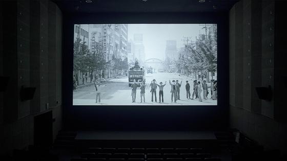 영화에는 주요 증언에 나선 5.18 생존자 세 사람이 극장에서 당시 사진을 마주하는 모습도 담겼다. [사진 영화사 풀]