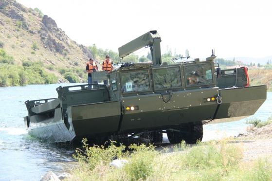 터키의 자주도하장비 오터(OTTER) 설치 모습. [사진 FNSS]
