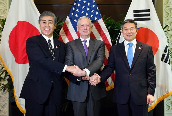 지난해 10월 싱가포르에서 개최된 제5차 아세안확대국방장관회의(ADMM-Plus) 를 계기로, 정경두 국방장관(왼쪽부터), 제임스 매티스 미국 국방장관, 이와야 타케시 일본 방위대신이 국방장관회의를 열고 손을 맞잡아 보이고 있다. [뉴스1]
