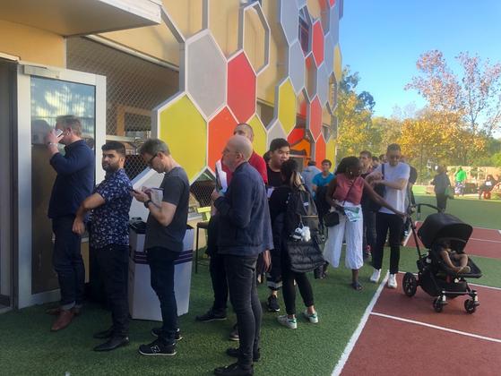 18일 호주 제2도시 멜버른의 칼튼 가든스 초등학교에 마련된 투표소에서 유권자들이 차례를 기다리고 있다. 멜버른(호주)=강혜란 기자