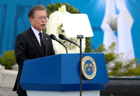 문재인 대통령이 18일 오전 광주 북구 운정동 국립5.18민주묘지에서 열린 제39주년 5.18민주화운동 기념식에 참석해 기념사를 하고 있다. [청와대사진기자단]
