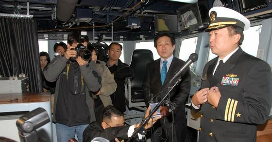 2009년 3월 연합훈련에 참가한 최희동 당시 중령(제일 오른쪽)이 이지스 구축함인 채피함에서 설명을 하고 있다. [사진 미 해군]