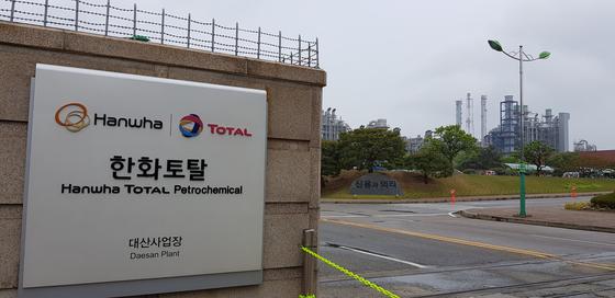 지난 17일 오후 유증기 유출사고가 발생한 충남 서산시 대산읍의 한화토탈 대산공장. 신진호 기자