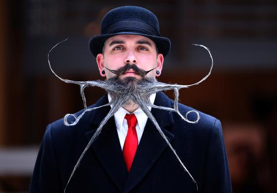 18일(현지시간) 벨기에 앤트워프에서 열린 2019 세계 수염·콧수염 선수권대회에서 한 참가자가 뒤통수 머리를 수염처럼 만들었다. [로이터=연합뉴스]