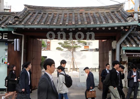 월요일 오전 7시, 서울 종로구 계동의 한옥카페 '어니언 안국점'의 입구. 최정동 기자