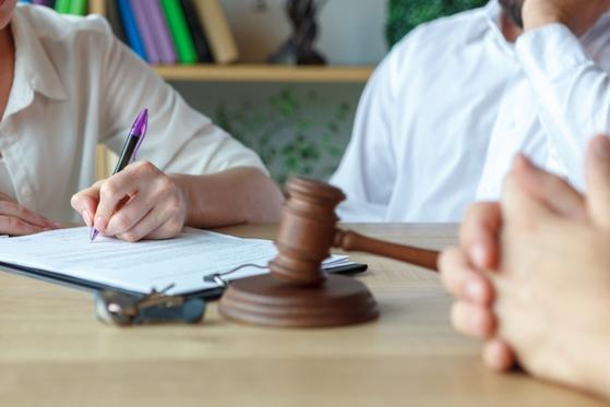 """부부가 이혼 상담할 때 빼놓지 않고 가져오는 게 각서다. 대부분 """"이혼시 모든 재산을 포기한다""""는 재산분할 포기 각서로 법적 효력이 낮다. [사진 photoAC]"""