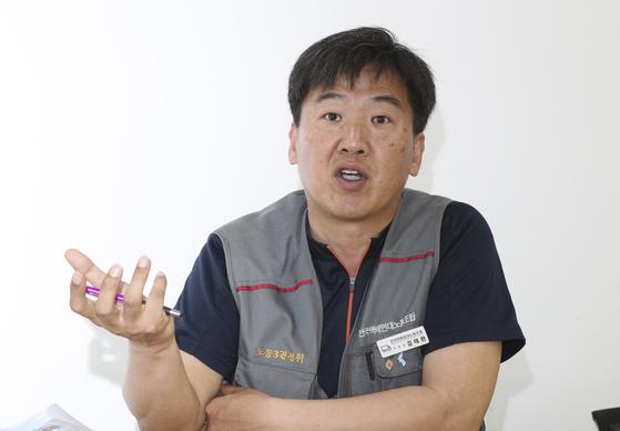 지난 16일 서울 충정로2가 택배연대노조 사무실에서 김태완 위원장이 택배기사의 현실을 말하고 있다. 임현동 기자