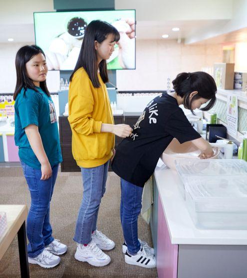 슬라임을 만들고, 갖고 놀 땐 손을 깨끗이 씻는 게 중요하다.