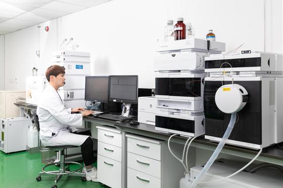 SK바이오팜 연구원이 새로 만든 합성 화합물에 대한 분석 연구를 하고 있다. [사진 SK바이오팜]
