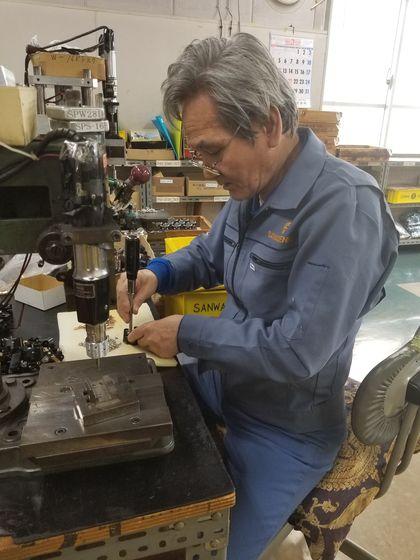 산와전기제작소 최고령 근무자인 사와다(77)씨. 하루 6시간 정도 근무한다. 회사는 건강 상태와 금전상황 등을 고려해 직원이 원하는 시간대로 근무할 수 있는 '유연근무제'를 택하고 있다. 윤설영 특파원.