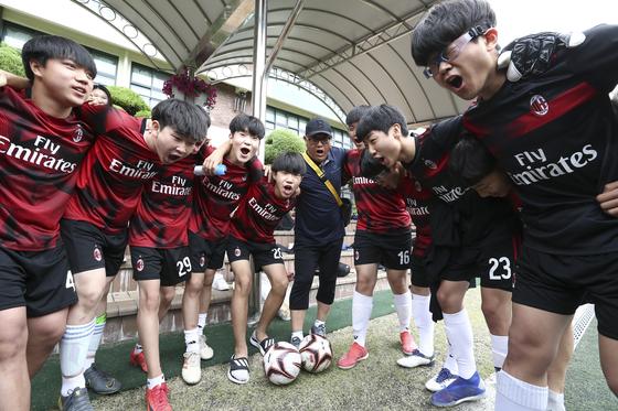 경기에 나서기 전 파이팅을 외치고 있는 원묵중학교 학생들과 권만근 교사(가운데). 임현동 기자