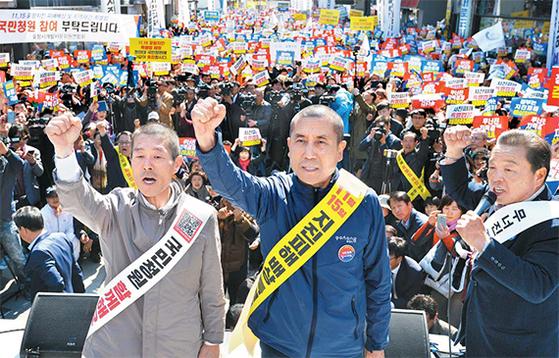 지난달 2일 포항 지진 특별법을 요구하는 집회가 열렸다. 이강덕 포항시장(가운데)이 그곳에서 삭발했다. [뉴시스]