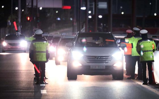 대전의 한 도로에서 경찰관들이 불시에 음주운전 단속을 실시하는 모습.[중앙포토]