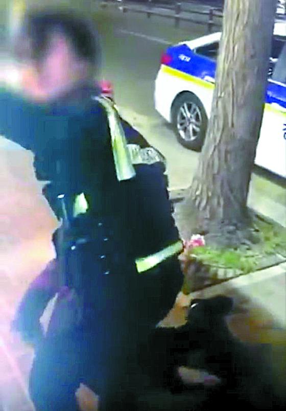 피의자가 반항하자 여성 경찰관이 주변에 있던 남성에게 도움을 요청하고 있다. [구로경찰서 제공 영상 캡처]