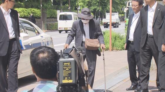 지난달 19일 시속 100km의 스피드로 횡단보도를 덮쳐 사망사고를 낸 87세 운전자 이즈카 고지가 지난 18일 경찰에 출두했다. 양손에 지팡이를 들고 몸을 제대로 가누지 못했다. [TV아사히 방송 화면 캡쳐]