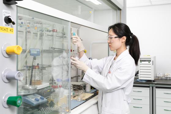SK바이오팜 연구원들이 화합물들을 합성하고 있다. [사진 SK바이오팜]