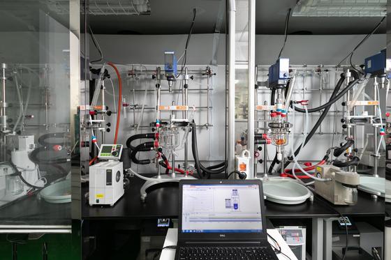 SK바이오팜 연구소에서 활용 중인 반응기. 온도 등이 자동세팅되어 있어 화합물들의 다양한 반응 결과를 손쉽게 확인할 수 있다. [사진 SK바이오팜]