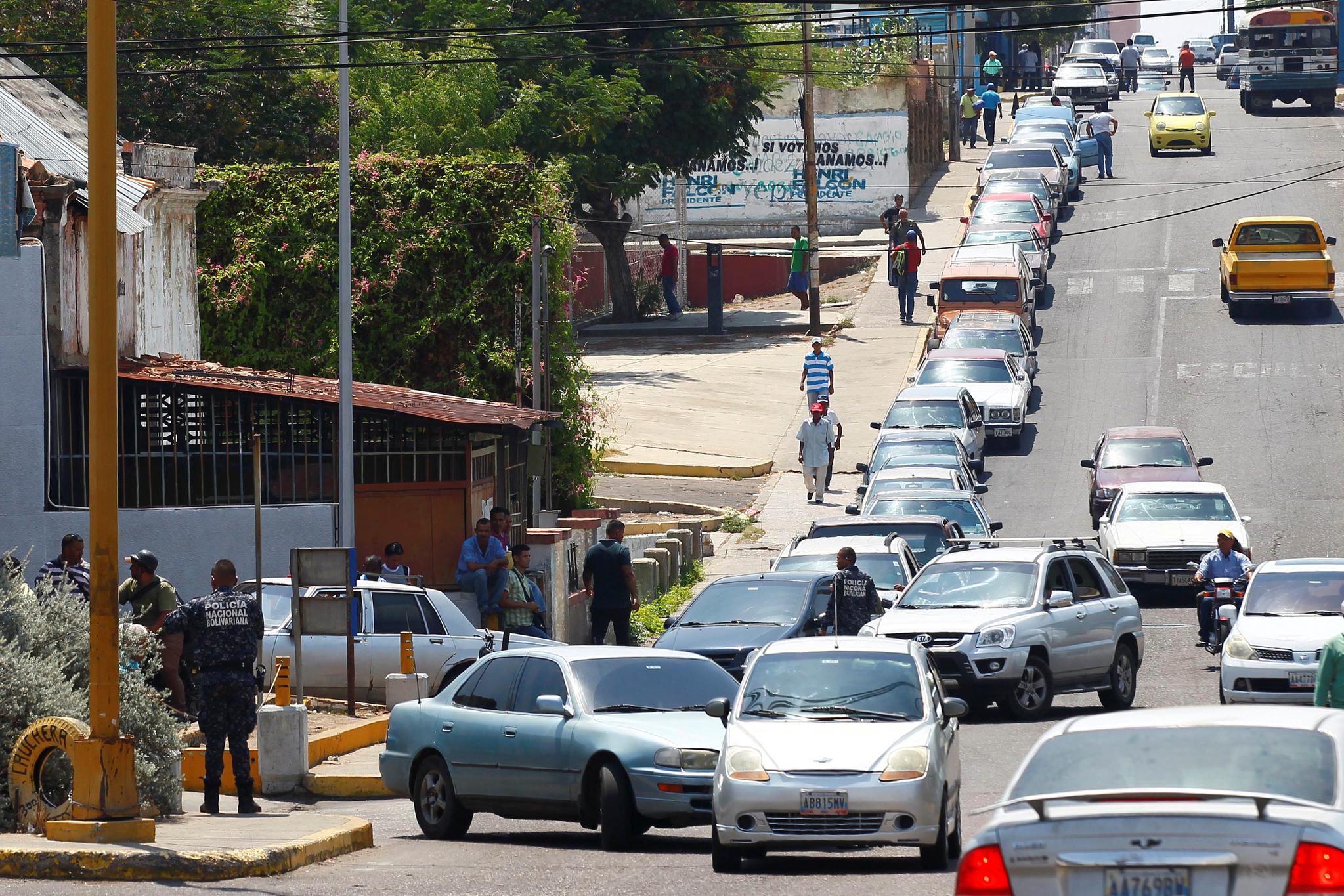 세계 최대 석유 매장량을 보유한 베네수엘라에서 급유대란이 발생했다. 17일(현지시간) 베네수엘라의 마라 카이보에 있는 PDVSA 주유소에서 기름을 넣기 위한 차량 행렬이 길게 줄지어 서 있다. [로이터=연합뉴스]