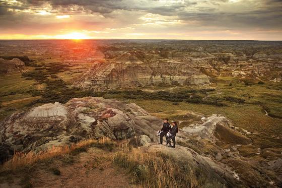 '배드 랜드'라 불리는 캐나다 앨버타 남부에는 황무지가 넓겨 펼쳐져 있다. 층층히 색깔이 화려한 후두 지형이 화려하고 공룡 화석을 볼 수 있는 곳도 많다. [사진 캐나다관광청]