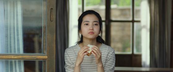 영화 '리틀 포레스트'에서 주인공 혜원(김태리 분)이 양배추 샌드위치를 만들어 먹는 모습. [중앙포토]