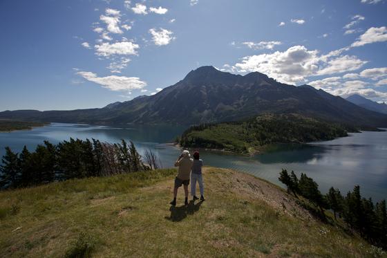 거대한 호수와 바위산이 어우러진 워터튼 레이크 국립공원. [사진 캐나다관광청]