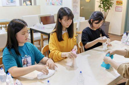 박주희·조서영·이지민(왼쪽부터) 학생기자가 유튜버 뿌직과 함께 슬라임을 만들고 노는 법에 대해 알아봤다.