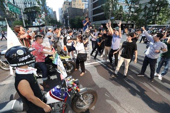 작년 7월 14일 서울 중구 남대문로 일대에서 동성애 반대를 주장하는 남성들이 '서울퀴어퍼레이드' 참가자들의 행진을 가로막고 있다. '퀴어(queer)'는 성소수자를 의미하는 영어단어로, 퀴어문화축제는 지난 2000년부터 해마다 개최되고 있다. [뉴스1]