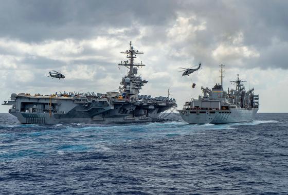 지난 8일 미 해군 니미츠급 핵 추진 항공모함인 에이브러햄 링컨함이 해상에서 군수지원함으로부터 물자를 지원받고 있다. [AFP=연합뉴스]