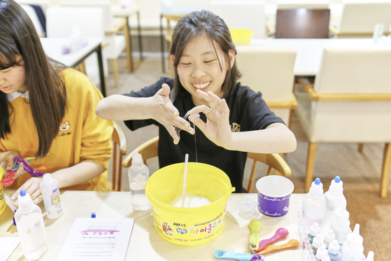 손에 달라붙은 슬라임을 능숙하게 떼는 이지민 학생기자.