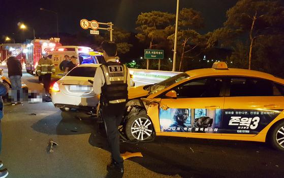지난 6일 오전 3시 52분쯤 인천시 계양구 하야동의 인천국제공항고속도로 개화터널 입구 100m전 지점에서 승용차 3중 추돌사고가 발생했다. [뉴스1]