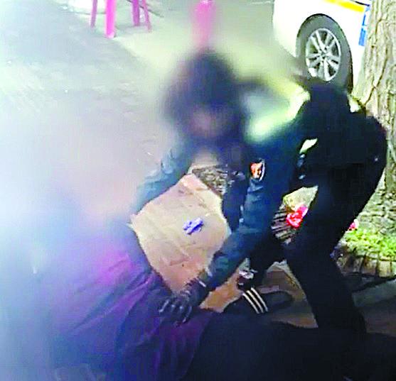 피의자를 제압하는 경찰. [사진 서울 구로경찰서 제공]