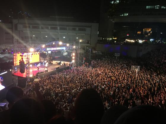 16일 오후 가수 싸이가 등장한 홍익대 축제장에 8000여 명의 인파가 몰렸다. [고석현 기자]