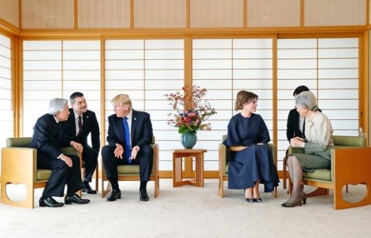 2017년 11월 도널드 트럼프 대통령(왼쪽에서 셋째)과 부인 멜라니아 여사(넷째)가 6일 일왕의 거처를 방문해 각각 아키히토 당시 일왕(왼쪽), 미치코 당시 왕비(오른쪽)와 환담을 나누고 있다. 이날 일왕은 '양국 간 우호관계와 미국의 지원으로 오늘날의 일본이 있다고 생각한다'고 말했다. [도쿄 AP=연합뉴스]