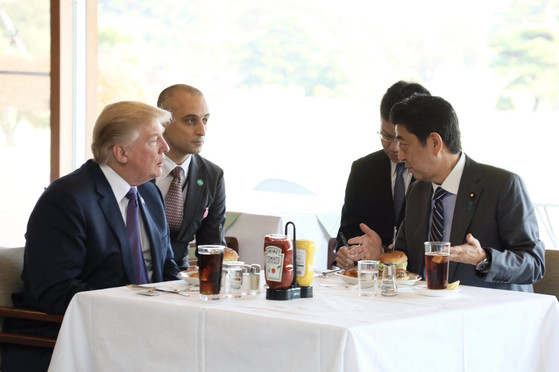 2017년 11월 방일한 도널드 트럼프 미국 대통령과 아베 신조 일본 총리가 도쿄 인근 사이타마현 가스미가세키 컨트리클럽 골프장에서의 라운딩에 앞서 오찬으로 햄버거를 먹었다. [중앙포토]