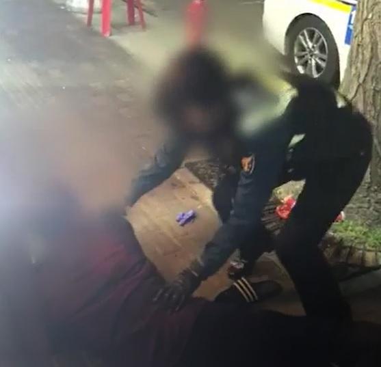 지난 13일 서울 구로구 구로동에서 주취자의 난동을 제압하는 여성 경찰관의 모습. [구로경찰서]