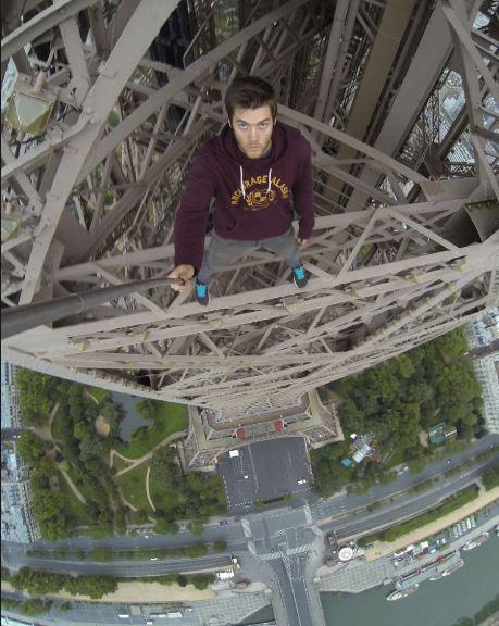 에펠탑 정상에서 셀카촬영을 하는 제임스 킹스턴. [제임스 킹스턴 SNS]