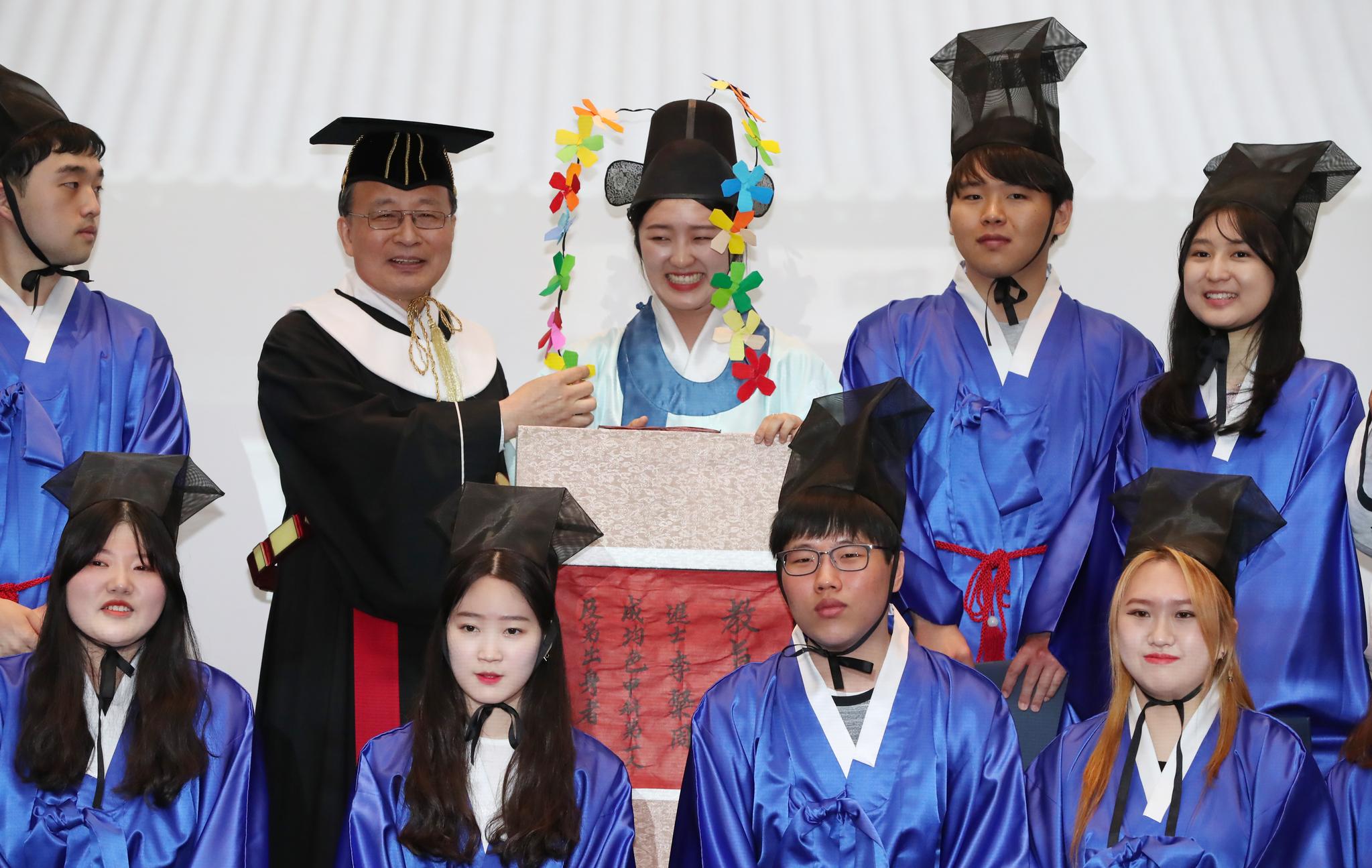 장원(뒷줄 가운데)을 비롯한 급제자들과 유홍준 성대 부총장(뒷줄 왼쪽 두번쨰)이 단체사진을 찍고 있다. 우상조 기자
