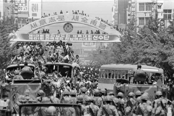 1980년 5·18 민주화운동 당시 전남 도청앞 금남로에서 수많은 군중과 버스에 탑승한 시민들이 계엄군과 대치하고 있다. [연합뉴스]